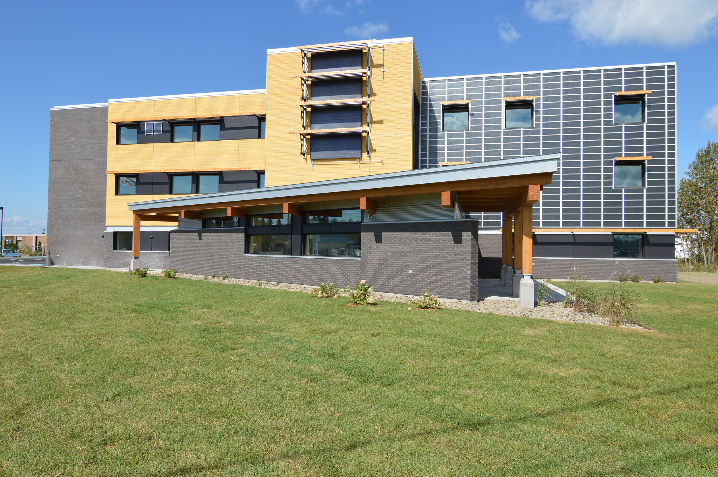 L'édifice Claude Béchard présente une structure traditionnelle poteaux, poutres et platelage en bois lamellé-collé.