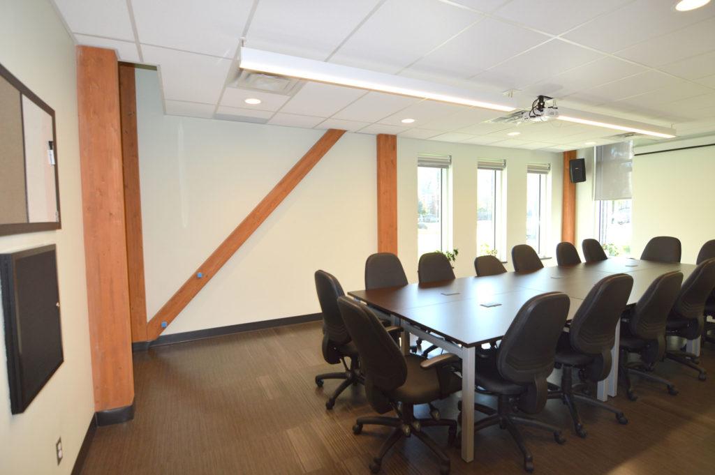 Centre communautaire Nathalie-Croteau présente une structure traditionnelle de bois lamellé-collé poteaux, poutres et platelage