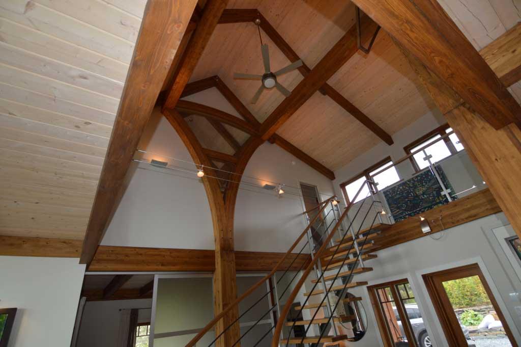 La maison Vallière : Le concept des colonnes cintrés en bois lamellé collé créé un effet de fleur.