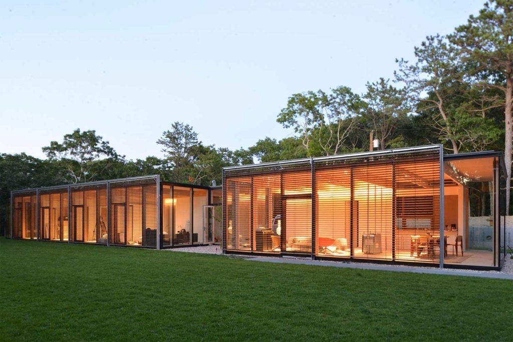 La structure de la maison east Hampton, composée de bois lamellé-collé de pin jaune, poutres colonnes et platelage, offre un design contemporain et épuré.